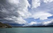 Дорога по краю озера Pehoe.