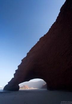 Красноватая поверхность арок очень шершавая, и довольно легко осыпается при прикосновении.