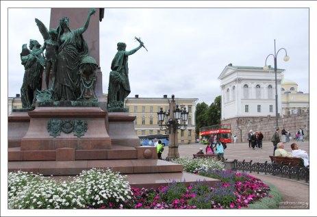 Фигуры, олицетворяющие «Просвещение» (Lux) у подножия памятника Александру II.