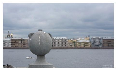 Традиционный для Питера гранитный шар. На этот раз с ушками. Петропавловская крепость.