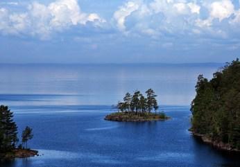 Островок, рябь и гладь.