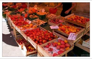 Овощные ряды на рынке в Le Bugue.