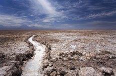 Утоптанная тропинка на равнине Salar de Atacama.
