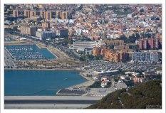 Часть взлётно-посадочной полосы, и испанская La Linea за границей.