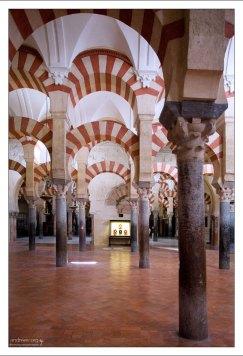 Высота колонн мечети чуть более трех метров.