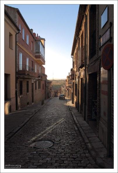 Современный город и брусчатка. Авила, Испания.