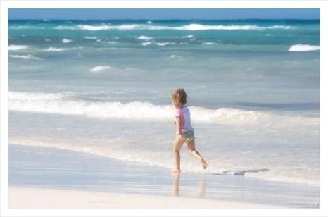 Саша бегает по линии прибоя в Белом заливе.