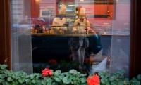 Повара колдуют на кухне одного из ресторанов.