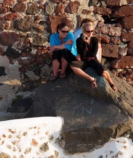 Молоденькие девушки-туристки наблюдают закат.