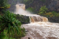 Переходящие один в другой 7 священных водопадов. После тропического ливня.