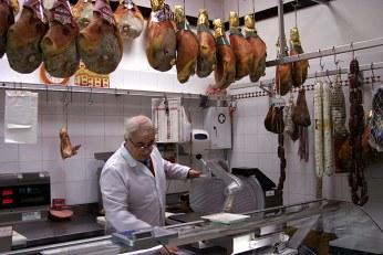 Колбасная лавка в городке Fano.