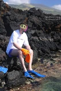 Илья готовится к снорклингу в Аквариуме.