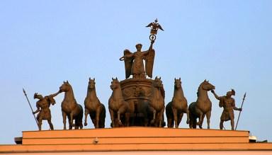 Скульптура на арке Генштаба. Крылатая богиня Виктория в колеснице, запряженной шестеркой лошадей.