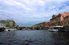 Прогулка на катере по рекам и каналам Санкт-Петербурга. Впереди - Аничков мост, построен в 1841 году инженером И.Ф. Бутацем.