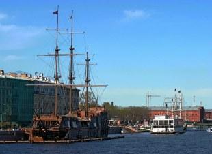 """Кронверкский пролив, отделяющий Заячий остров с Петропавловской крепостью от Петроградской стороны. В корабле """"Кронверк"""" на переднем плане расположен спортклуб."""