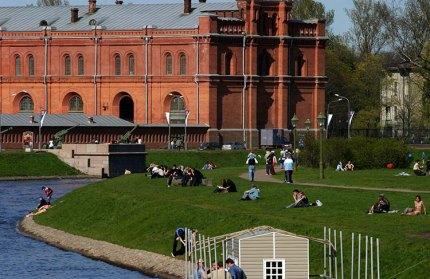 Отдыхающие на газоне и вид на Артиллерийский музей (Кронверкский арсенал).