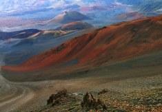 Разноцветные песчаные склоны в кратере вулкана Халеакала.