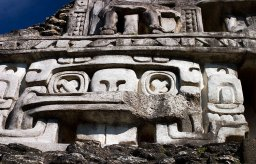 Фрагмент фриза пирамиды El Castillo в Шунантуниче. Центральная маска символизирует Бога Солнца.