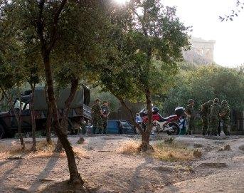 Военные привезли государственный флаг Греции, для водружения на Акрополе.