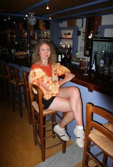Катя во время дегустации вин Санторини. Винный музей.