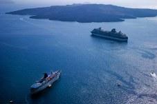 Круизные корабли и вулкан Nea Kameni на заднем плане.