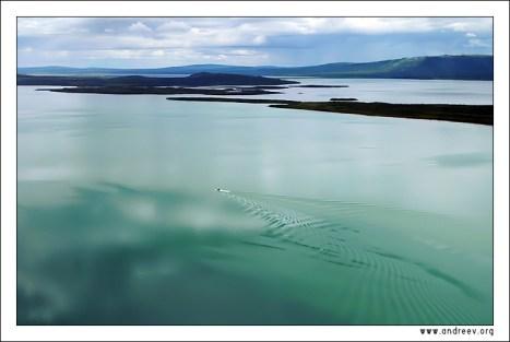 """""""Зеленое озеро Аляски"""". Пролетая над зеркальной гладью озера Naknek lake в национальном парке «Катмаи», Аляска."""