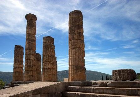 Колонны Храма Аполлона (Temple of Apollo) в древних Дельфах. 4 в. до н.э.