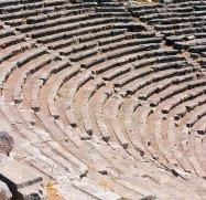 Ряды сидений в амфитеатре в древних Дельфах. Театр вмещал 5000 человек.