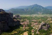 Деревня Kastraki у подножия монастырей. Метеоры.