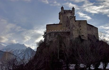 Неприступный замок Saint Pierre, 14 век.