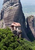 Монастырь Руссану или святой Варвары уютно примостился у скалы. Метеоры.
