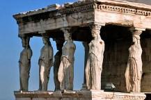 Копии шести кариатид крупным планом. Настоящие находятся в музее на противоположной стороне Акрополя.
