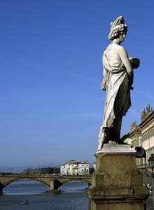 Статуя на мосту Santa Trinita. Набережная Arno. Флоренция.