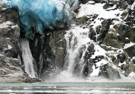 Ледниковый обвал. А чайкам в нижей части снимка, похоже всё равно.