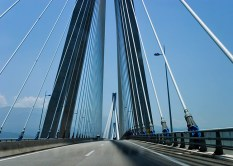 Кабельная система моста Рио-Антирио позволяет устоять ему во время сейсмической активности.