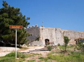 Вход в старый французский замок Chlemoutsi (13-й век).