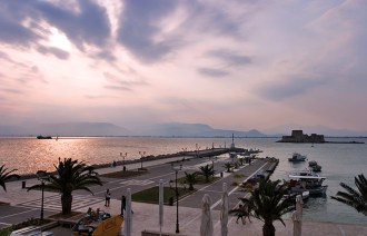 Набережная в Нафплионе (Nafplio) и крепость Bourtzi в 600 м от берега.