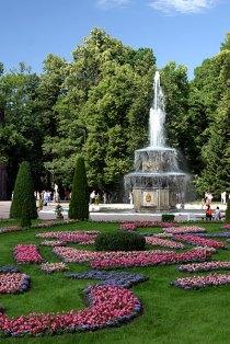 Римский фонтан и цветущая лужайка.