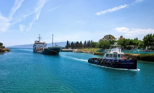 Проход судна на буксире через Коринфский канал.