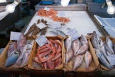 Рыбный рынок: лобстеры, окуни, креветки. Небольшие красные рыбки по 22 евро за кг - red mullet или barbouni (барабулька) - исключительные по вкусовым качествам!