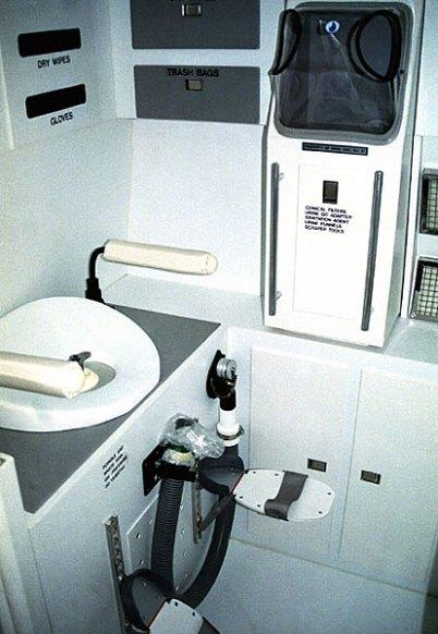 """Туалет космонавта. Международная космическая станция """"Мир"""". Kennedy Space Center, Мыс Канаверал."""