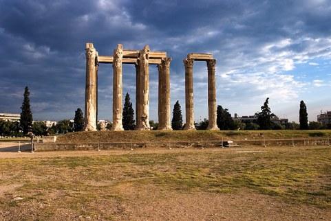 Храм Зевса-олимпийца на закате. Состоял из 104 колонн, на сегодняшний день осталось 15.
