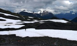 """Чередующиеся снежные """"лужайки"""" высоко в горах Kenai Mountains."""
