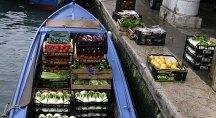 Доставка фруктов и овощей водным путем.