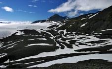 Мозаика из снега и камней в горах Kenai Mountains.