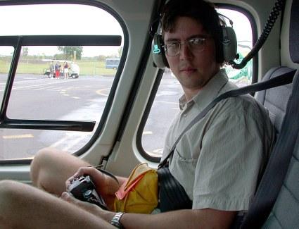 В кабине вертолета перед полетом к текущей лаве.