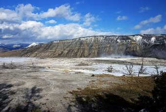 Панорама долины Mammoth Hot springs.