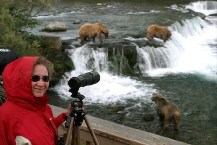 Катя готовится к фото-охоте на медведей.