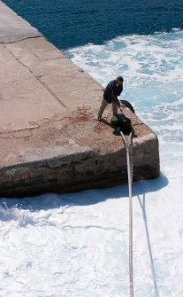 Закрепление швартового троса парома. По пути к острову Санторини.