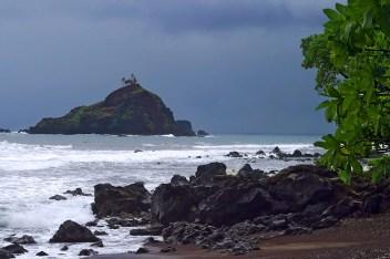Вид с Красного пляжа на остров 'Alau, увенчанный кокосовыми пальмами.